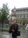 Ст. Айдинян у памятника Леонардо да Винчи, Милан